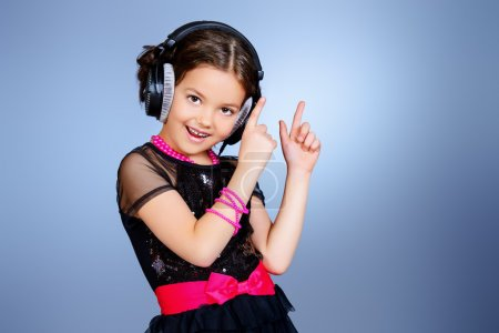 Photo pour Grandhomme gaie écoute de la musique sur le casque. petite enfance. - image libre de droit