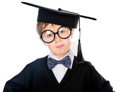 Photo pour Portrait d'un étudiant intelligent en costume de remise des diplômes. Concept éducatif. Isolé sur blanc . - image libre de droit