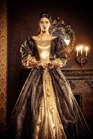 Photo pour Style Renaissance - belle jeune femme à la robe cher luxuriante dans un intérieur de palais vieux. Style vintage. Mode. - image libre de droit