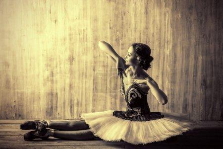 Photo pour Danseuse de ballet professionnelle posant en studio sur fond grunge. Concept de l'art. Photo de tonique, style vintage. - image libre de droit