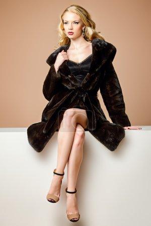 Photo pour Belle femme blonde portant manteau de fourrure de vison. Mode, beauté. Style de vie luxueux. Studio shot. - image libre de droit