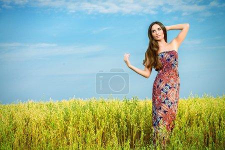 Photo pour Fille romantique dans un champ d'orge rural. L'été, la vie d'automne. Beauté . - image libre de droit