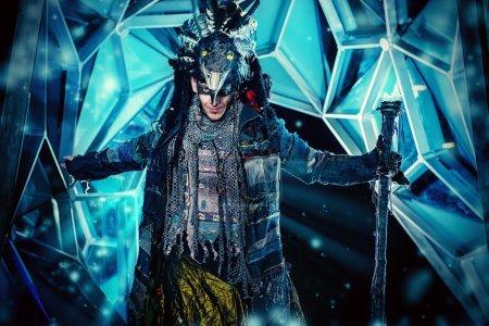 Photo pour Portrait d'un chaman mâle en robe ethnique sur fond d'un extérieur futuriste. Concept de Fantasy, magie. - image libre de droit