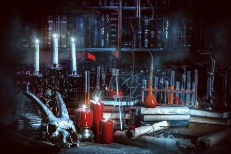 Photo pour Laboratoire d'alchimie médiévale. Halloween. Intérieur conte de fées . - image libre de droit