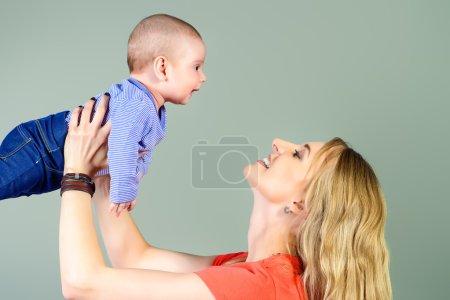 Photo pour Heureuse belle mère embrassant son adorable bébé. Notion de famille. Studio shot. - image libre de droit