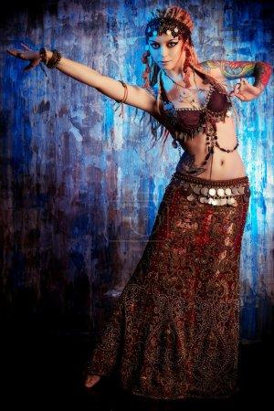 Photo pour Portrait d'art d'une belle danseuse traditionnelle. Danse ethnique. Danse du ventre. Tribal danse. - image libre de droit