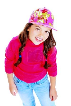 Photo pour Jolie fille de huit ans dans des vêtements décontractés, souriant à la caméra. Isolé sur blanc. - image libre de droit