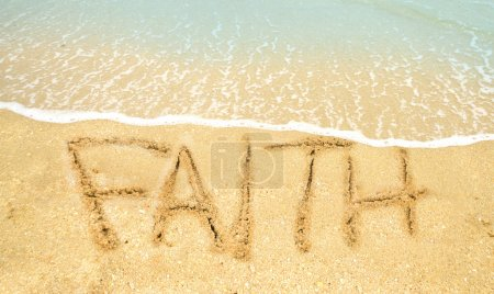 Photo pour Foi écrite sur le rivage à l'océan - image libre de droit