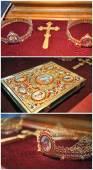 Biblia, kereszt, korona arany templom az asztalon. Esküvői lakomákat