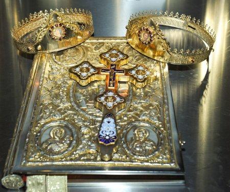 Croix, anneaux et couronnes d'or sur la table de l'église.