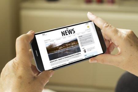 Photo pour Concept d'information mobile : mains de femme mature avec un smartphone généré en 3D avec publication d'informations à l'écran - image libre de droit