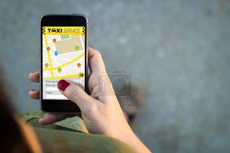 Photo pour Vue supérieure de la femme marchant dans la rue utilisant son smartphone avec le service de taxi dans l'écran avec l'espace de copie. Tous les graphiques de l'écran sont constitués. - image libre de droit