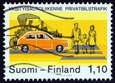 Finsko - cca 1979: Známka vytištěna ve Finsku ukazuje včasného a moderních aut na přechodu pro chodce, cca 1979