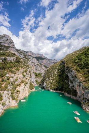 Photo pour Canyon du Verdon avec des bateaux en Provence, France. Le plus grand canyon alpin d'Europe . - image libre de droit
