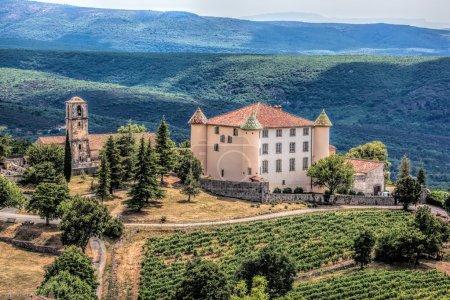 Photo pour Vue Du Village Des Aiguines Et Château De Style Renaissance Avec Des Montagnes En Provence, France - image libre de droit