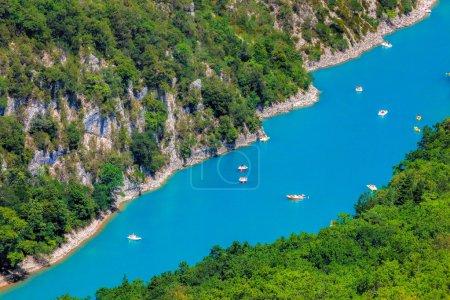 Photo pour Vue imprenable sur les gorges du Verdon Canyon avec des bateaux en Provence, France. Provence-Alpes-Côte d'Azur . - image libre de droit