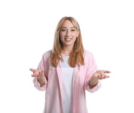 Jeune femme en vêtements décontractés parlant sur fond blanc