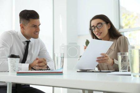 Employés de bureau discutant à table pendant la réunion