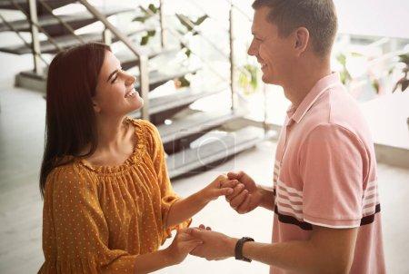 Homme et femme en conversation dans le hall