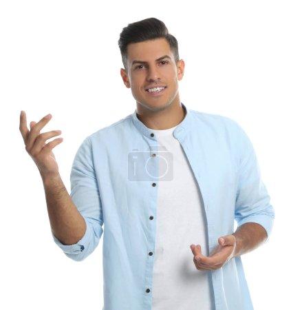 Homme en vêtements décontractés parlant sur fond blanc