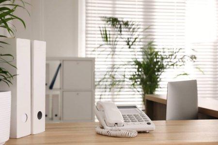 Foto de Teléfono en escritorio de madera en la recepción del hospital - Imagen libre de derechos