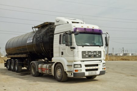 Truck with a tank for the transport of petroleum products
