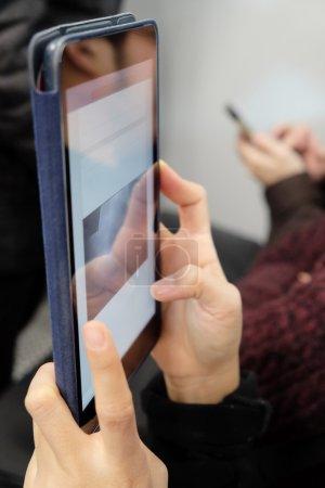 Photo pour Image rapprochée de personnes utilisant une tablette numérique dans le métro, la vie sur les médias sociaux - image libre de droit