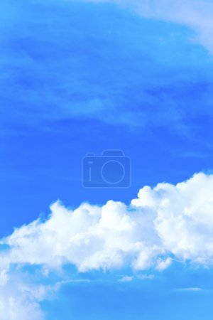 Photo pour Ciel bleu et nuages blancs - image libre de droit