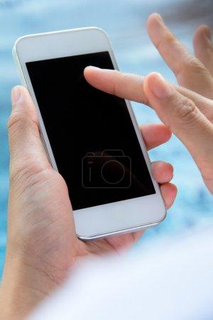 Foto de Cerrar imagen adolescente chica de mensajería de texto en su teléfono - Imagen libre de derechos