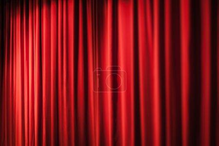 Photo pour Un rideau de scène rouge fermé dans un petit théâtre - image libre de droit