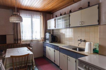 Photo pour Intérieur d'une ancienne cuisine simple qui devrait être rénovée - image libre de droit