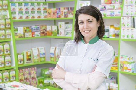 Photo pour Jeune pharmacienne dans une pharmacie - image libre de droit