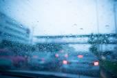 Rozmazané pohled silniční dopravy v deštivý den