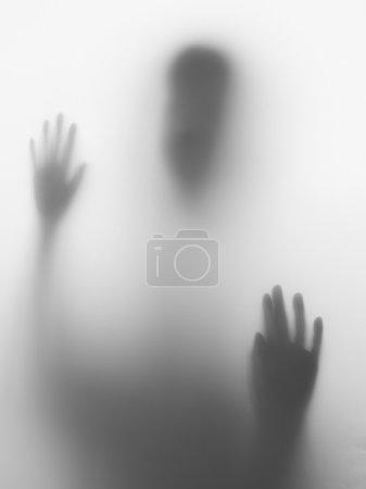 Photo pour Tête et mains enfants silhouette sur verre - image libre de droit