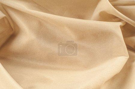 Photo pour Texture en soie, crème, crème, crème, beige pâle. une fibre fine, forte, douce et brillante produite par les vers à soie dans la fabrication de cocons et recueillie pour fabriquer du fil et du tissu . - image libre de droit