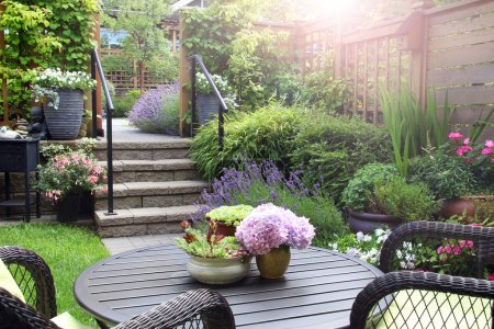 Photo pour Jardin d'été vivace de petite maison de ville. Également disponible en vertical. - image libre de droit