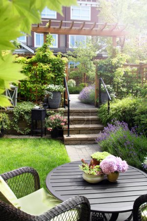Photo pour Jardin d'été vivace de petite maison de ville. Également disponible en horizontal. - image libre de droit