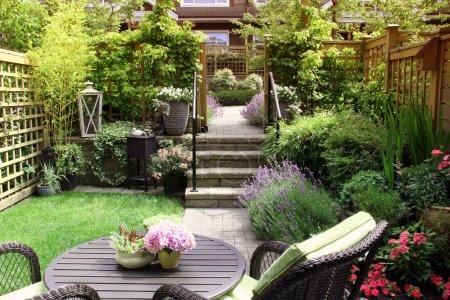 Photo pour Jardin d'été vivace de petite maison de ville - image libre de droit