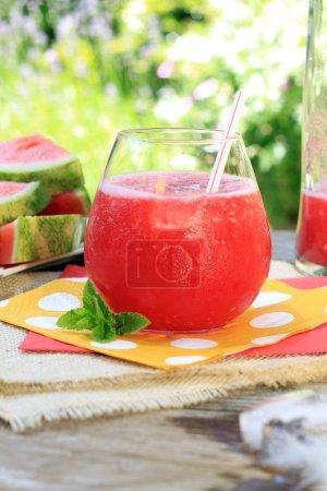 Wassermelonengetränk mit Stroh
