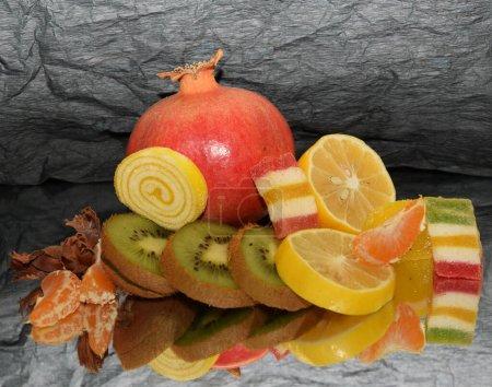 Photo pour Composition de fruits frais assortis avec gelée de fruits confits sur fond sombre, vue de près - image libre de droit