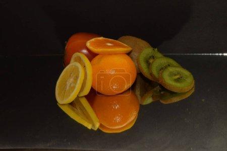 Photo pour Composition de fruits frais assortis sur fond sombre, vue rapprochée - image libre de droit