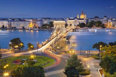 Photo pour Image de Budapest, capitale de la Hongrie, au crépuscule heure bleue . - image libre de droit
