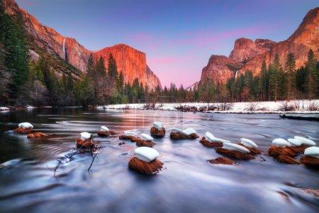 Photo pour La vallée d'Yosemite au crépuscule. Avec El Capitan, ruban tombe, Bridalveil Falls et la Merced River - image libre de droit