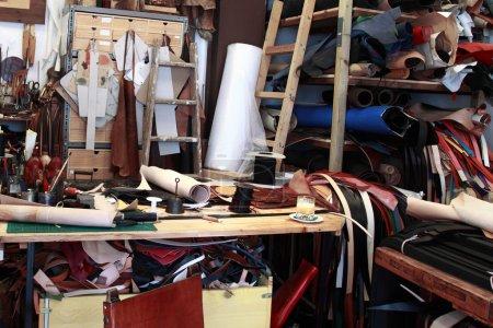 Photo pour Intérieur atelier cuir - image libre de droit