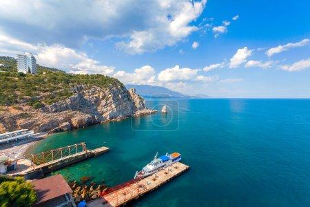 Photo pour Vue sur Parus, Voile, Rocher et plage avec le château du Nid d'Hirondelle sur la côte sud de la Crimée - image libre de droit