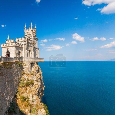 Photo pour Le célèbre château Nid d'hirondelle près de Yalta. Crimée, Ukraine - image libre de droit