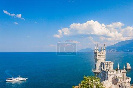 Photo pour Le célèbre château Nid d'hirondelle près de Yalta. Crimée - image libre de droit