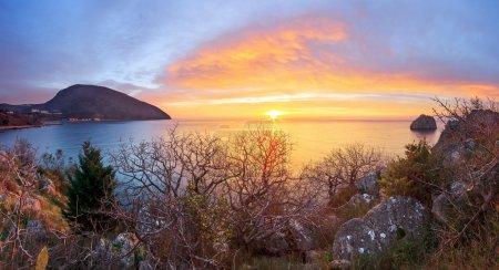 Photo pour Coucher de soleil magique d'été sur la mer. Ciel dramatique - image libre de droit