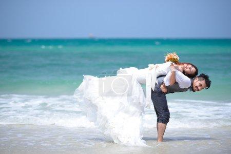 Foto de Felicidad y romántica escena de amor parejas socios en la playa - Imagen libre de derechos