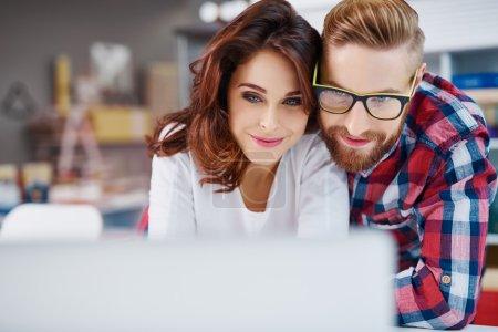 Photo pour Gros plan de couple heureux regardant ordinateur portable - image libre de droit